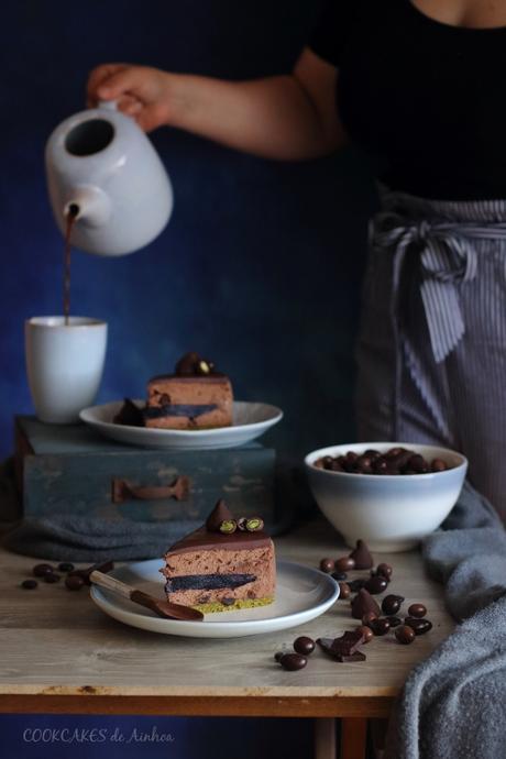TARTA MOUSSE DE CHOCOLATE NEGRO, PISTACHOS Y ARÁNDANOS. RECETA SIN HORNO