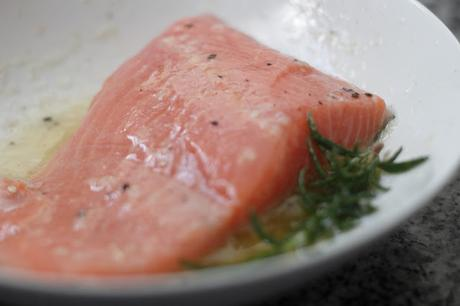 Salmón rosado con emulsión de ajo