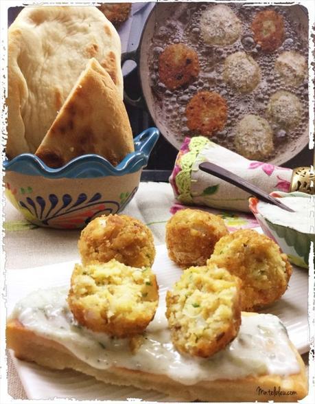 Falafel. Croquetas de garbanzos con salsa tzatziki