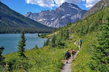 Hiking-along-Lake-Josephine-towards-Grinnell-Glacier-with-kids.jpg.optimal ▷ Ideas del itinerario del Parque Nacional Glacier de 1 a 5 días