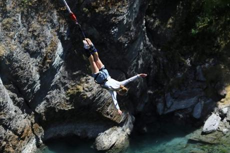 Salto y caída libre: Qué impacto tiene una actividad extrema en las habilidades cognitivas