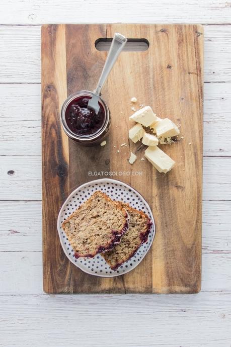 banana bread de moras y chocolate blanco para un desayuno inolvidable, receta vía elgatogoloso.com