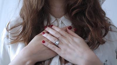 Manicura en color rojo con las uñas cortas