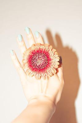 Manicura en color turquesa claro