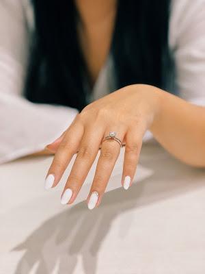 Manicura en blanco con un detalle brillante en el dedo anular