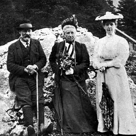 Sigmun Freud con su madre y esposa