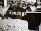 café bajo lluvia verano