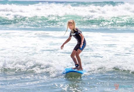kalyra-surfing-burleigh-heads-38 ▷ Comente por qué creemos que la Costa Dorada es EL mejor lugar para vivir en Australia. Lo que debe saber al mudarse a la Costa Dorada de Australia - Tourism Tattler