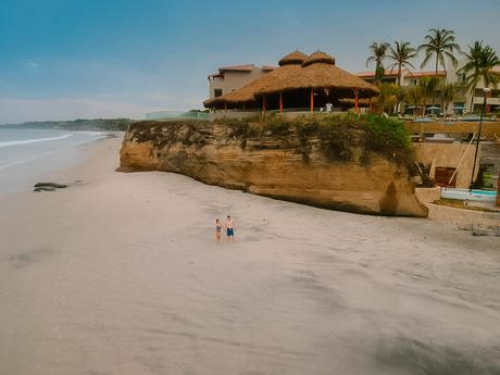 Caminando en playa de Punta Mita