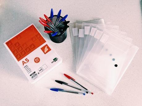 Folios DIN A5, bolígrafos bic, sobres DIN A5, cubilete de escritorio