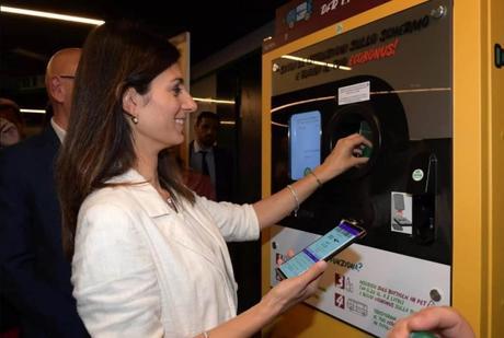 Roma cambia botellas de plástico por billetes de metro