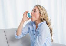Las personas con asma a menudo toman medicamentos a través de un inhalador