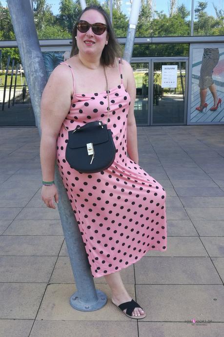 look tallas grandes curvy con vestido largo de lunares de tirantes rosa con topos negros de asos curve y sandalias planas palas negras de primark outfit de verano