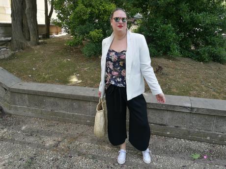 look tallas grandes con top lencero de flores violeta by mango pantalon culotte bolso redondo mimbre y converse blancas outfit primavera