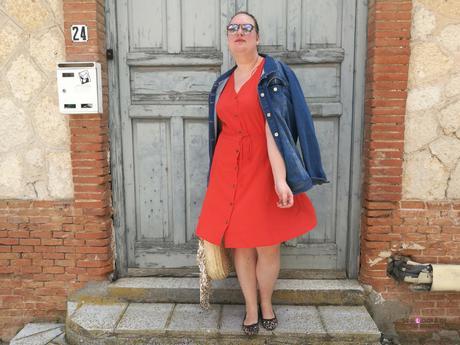 look tallas grandes con vestido naranja con botones de madera y escote en pico de manga corta de violeta by mango bolso mimbre redondo y chaqueta vaquera
