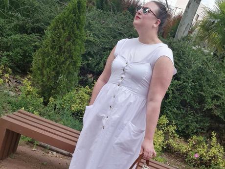 look tallas grandes con vestido blanco midi lino primark con botones marrones camiseta blanca zapato plano marron outfit curvy primavera verano 10