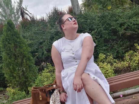 look tallas grandes con vestido blanco midi lino primark con botones marrones camiseta blanca zapato plano marron outfit curvy primavera verano street style