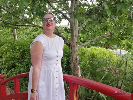 look tallas grandes con vestido blanco midi lino primark con botones marrones camiseta blanca zapato plano marron outfit curvy primavera verano blogger españa