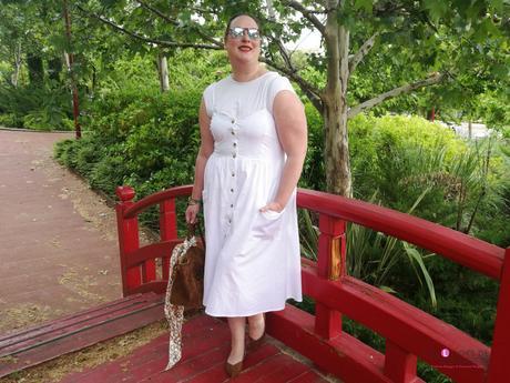 look tallas grandes con vestido blanco midi lino primark con botones marrones camiseta blanca zapato plano marron outfit curvy primavera verano 12