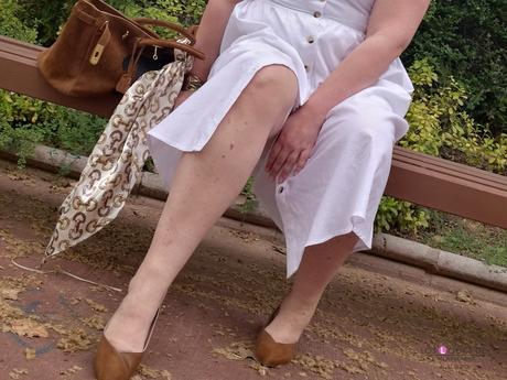 look tallas grandes con vestido blanco midi lino primark con botones marrones camiseta blanca zapato plano marron outfit curvy primavera verano 11