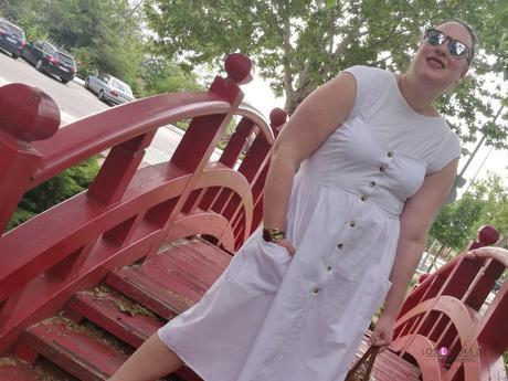 look tallas grandes con vestido blanco midi lino primark con botones marrones camiseta blanca zapato plano marron outfit curvy primavera verano bolsillos grandes