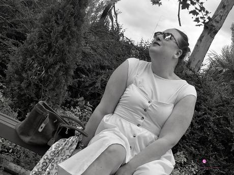look tallas grandes con vestido blanco midi lino primark con botones marrones camiseta blanca zapato plano marron outfit curvy primavera verano blanco y negro