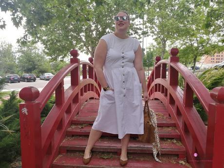 look tallas grandes con vestido blanco midi lino primark con botones marrones camiseta blanca zapato plano marron outfit curvy primavera verano