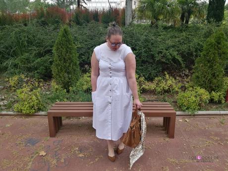look tallas grandes con vestido blanco midi lino primark con botones marrones camiseta blanca zapato plano marron outfit curvy primavera verano bolso marron