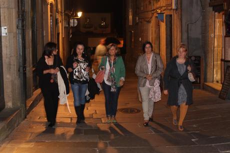 La imagen puede contener: una o varias personas, personas de pie y noche