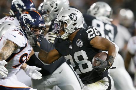 Los Raiders con buena actuación de sus novatos superan a los Broncos
