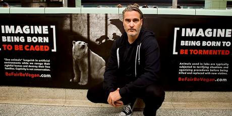 Joaquin Phoenix visita la estación del metro de Toronto para apoyar la campaña de murales veganos