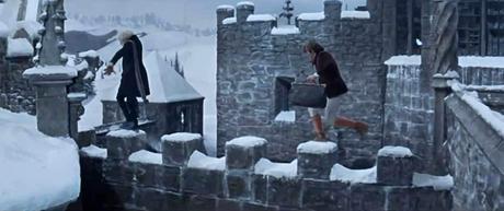 El Profesor Abronsius y su ayudante Alfred escapan por las cornizas del castillo.
