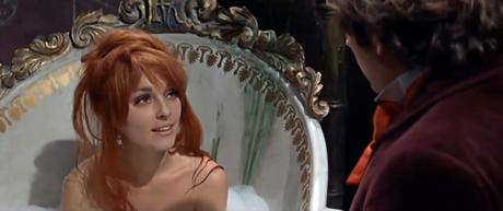 Alfred se reencuentra con Sarah en el castillo.