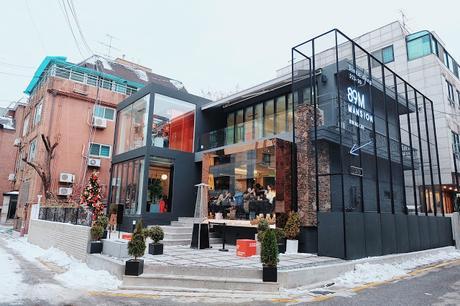 Esta famosa revista recomendó a todas las fanáticas ir a la cafetería de Lee Jong Suk