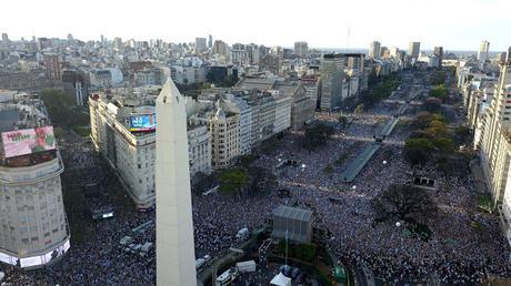 Macri con una multitud en el Obelisco