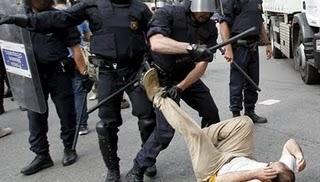 La culpa de las cargas policiales la tiene el haber votado
