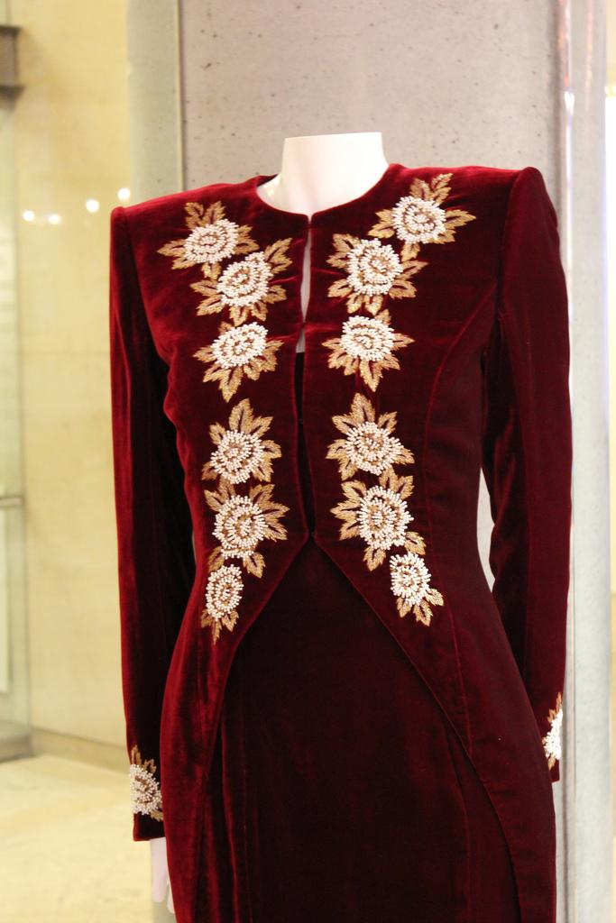 AUCTION OF DRESSES  OF DIANA OF WALES  /   SUBASTAN VESTIDOS EMBLEMÁTICOS DE DIANA DE GALES
