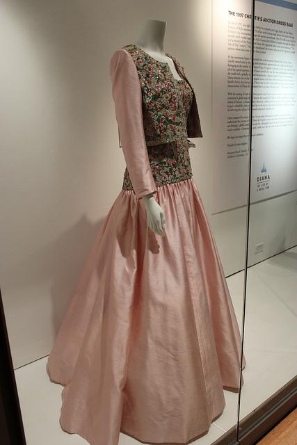 AUCTION OF DRESSES  OF DIANA OF WALES  /   SUBASTAN VESTIDOS EMBLEMÁTICOS DE DIANA DE GALES