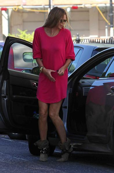 Elle MacPherson Elle Macpherson looks pretty in pink as she gets out of her car in Notting Hill and stands with her legs apart.