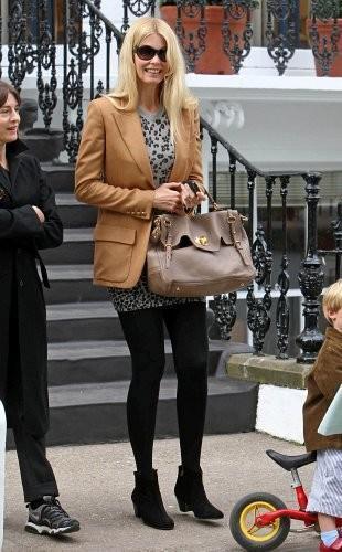 Claudia Schiffer - Claudia Schiffer Takes a Walk