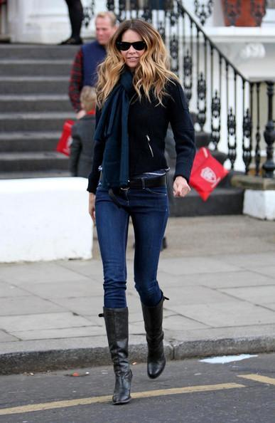Elle MacPherson Elle Macpherson greets a fellow parent after dropping her kids off at school.