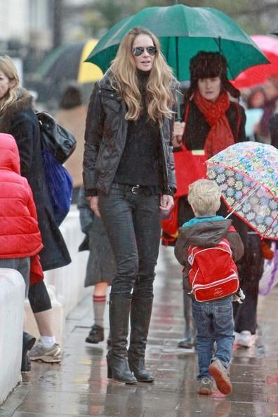 Elle MacPherson Elle Macpherson is dressed all in black when she is seen on the school run.
