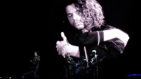 U2 recuerda a Michael Hutchence en Sydney a los 22 años de su muerte