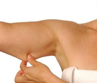 Aceite de coco para reafirmar la piel de los brazos