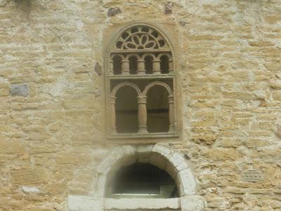 Detalle ventana SAN MIGUEL DE LILLO PRERROMÁNICO EN ASTURIAS ROMÁNICO EN EL CAMINO DEL SALVADOR