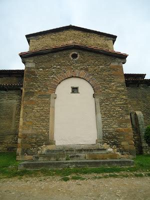 Portada transepto fachada sur SAN JULIÁN DE LOS PRADOS PRERROMÁNICO EN ASTURIAS ROMÁNICO EN EL CAMINO DEL SALVADOR