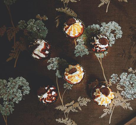 CUPCAKES DE CARROT CAKE CON FROSTING DE RICOTTA Y RELLENO DE CHOCOLATE