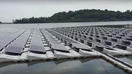Singapur y sus campos flotantes de paneles