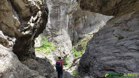Paso entre rocas en el Desfiladero de los Calderones, León