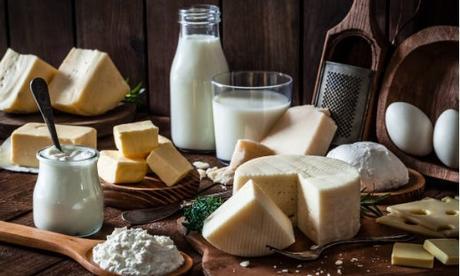 Productos lácteos: ¿pone en peligro su salud al beber leche?